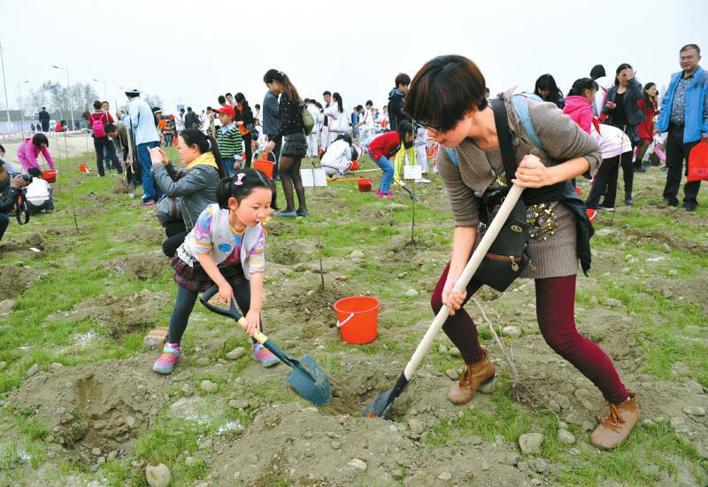 植树节带孩子种树