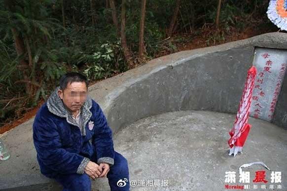夏双的父亲坐在妻子坟前,悲愤交加