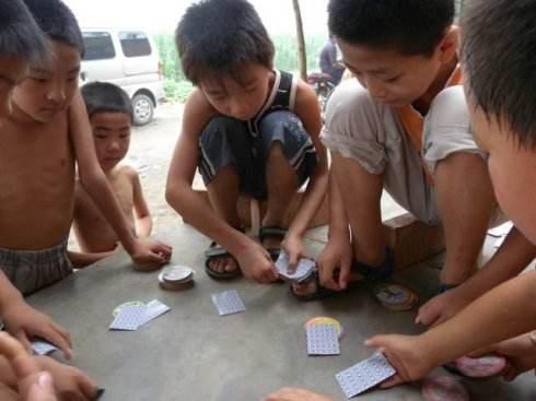 农村小孩在玩斗地主游戏