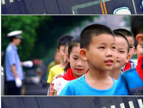 小学生排队过马路