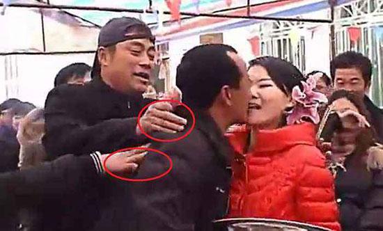 为了拿红包公公和儿媳亲吻