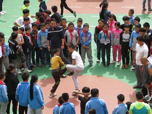"""小学生正在玩""""斗鸡""""游戏"""