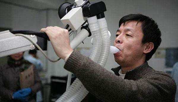 医院的肺功能检查(图片来自于网络)