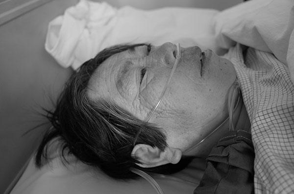 年迈的母亲住院(图片来自于网络)