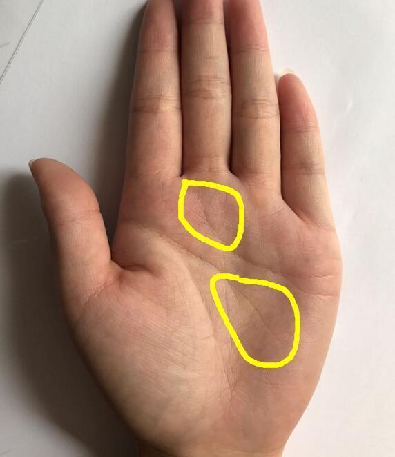 手相的天纹和人纹尾部都分叉这说明婚姻会出问题