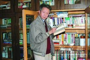 流沙河先生在家中的书架前