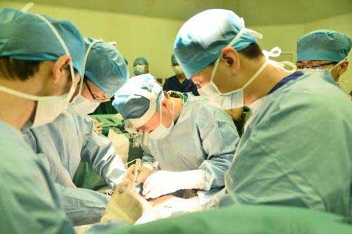 十年过去了,小安一切正常;而小明不得不做肾移植手术