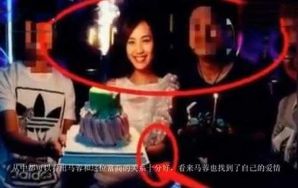 在马蓉的生日宴会上,她还紧紧的挽住了神秘富豪的手臂