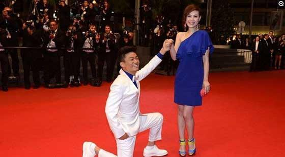 王宝强在第66届戛纳国际电影节《天注定》首映红毯上,现场对爱妻马蓉单膝下跪告白