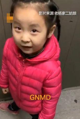 """最近一个短视频中,妈妈在教红衣小女孩念""""Grandmother"""""""