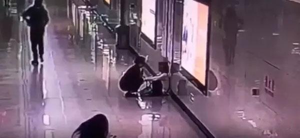 武汉地铁的工作人员发现一名女子独自坐在地铁站的过道口,神情怆然