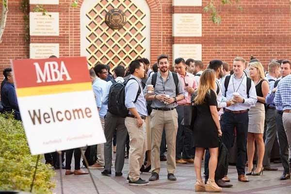 越来越多的中年人找到了一条新的自我救赎之路,那就是读个MBA.