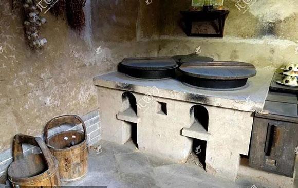 那时候灶是柴火灶,泥土砌的,有一排,有四个,共用一个烟囱