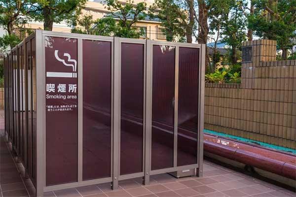 在日本街头都有指定的吸烟区,因此虽然抽烟人口众多,却很少在街道上看到烟蒂