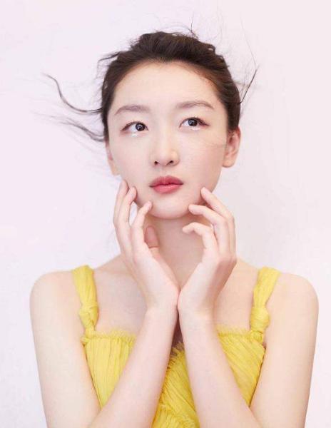 2018年,凭借青春文艺电影《后来的我们》获得第18届华语电影传媒大奖最受欢迎演员奖