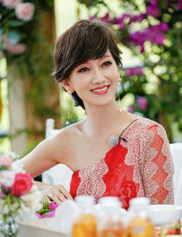 赵雅芝不管是在电视剧中还是在日常生活中,呈现给观众的都是智慧善良的聪明女人形象