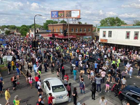 """数百名抗议者聚集在明尼阿波利斯市要求""""伸张正义""""并与警方爆发冲突"""