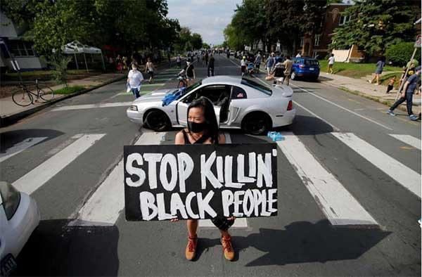 抗议者甚至封锁了几个街区的交通、人群涌向街头。