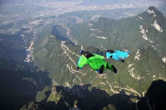 翼装飞行选手在张家界天门山景区进行试飞训练