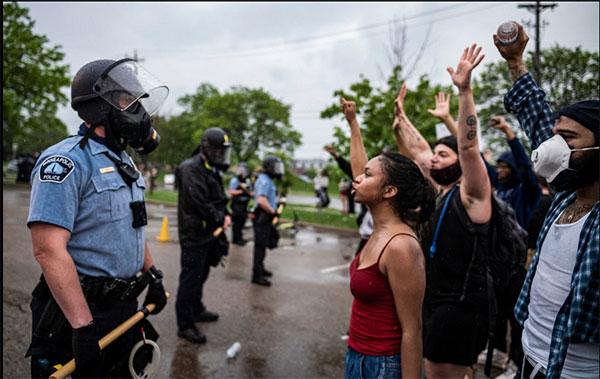 报道称大多数参与抗议的人都表示要对警察问责