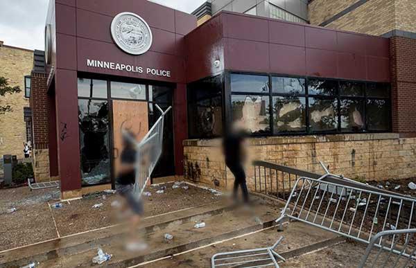 明尼阿波利斯市警察局当晚也没能幸免,遭到打砸
