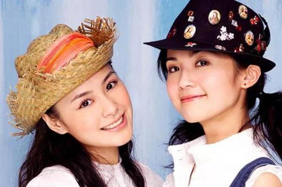 当年阿娇与阿Sa的Twins组合凭借着青春活泼的形象和甜美的少女风歌曲,在出道不久后便火遍了全国