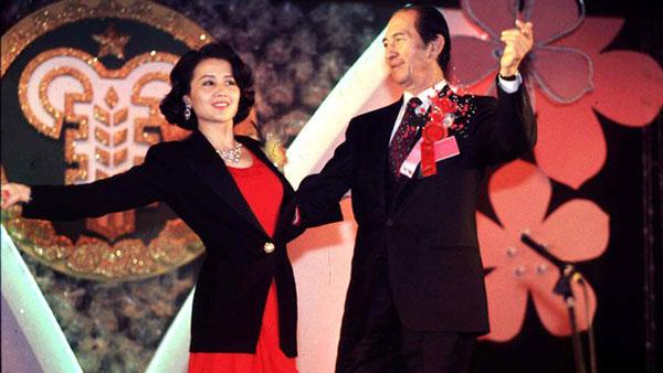 何鸿燊与四太梁安琪于1999年在公开场合上跳舞。