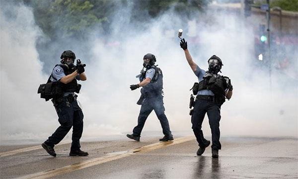 警方发射催泪瓦斯和爆震弹驱散人群。