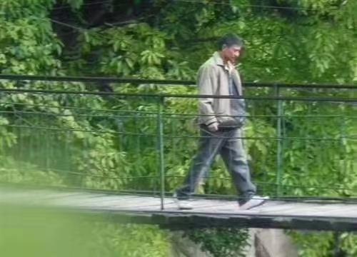 刘德华在《失孤》中走过的綦江甩甩桥被洪水冲垮