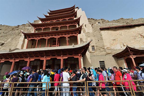 """游客排队等待进入莫高窟""""九层楼""""参观。"""