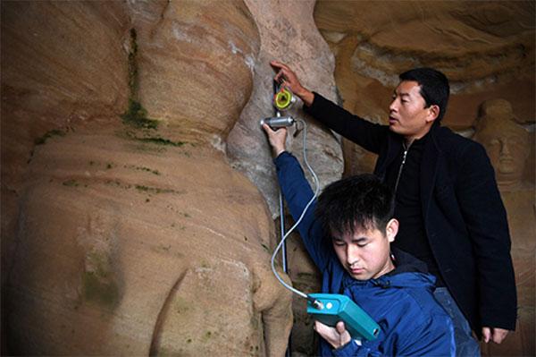 敦煌研究院工作人员在检测岩体含水率。
