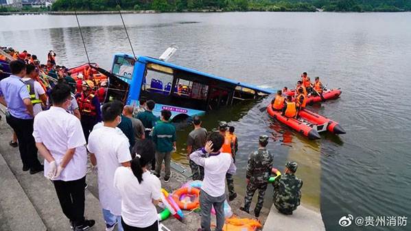 当公交车落水后,由于冲破栏杆时车窗已经破碎,河水一瞬间就涌进车内