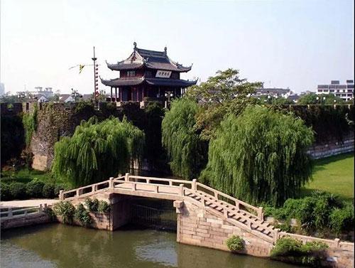"""春秋时期伍子胥通过""""相土尝水"""",选址并营建了吴国都城阖闾大城,也就是现在的苏州城"""