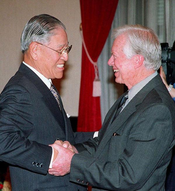 任内美国与台湾断交、与北京建交的美国总统卡特,1999年访问台湾,与李登辉会面。
