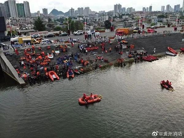 根据目前接受媒体采访的幸存者所说,落水前司机没有异常。