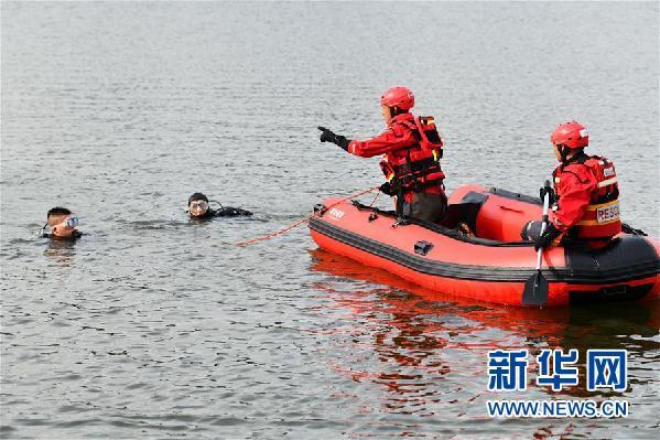 7月7日,救援人员在现场展开搜救。新华社记者 杨文斌 摄
