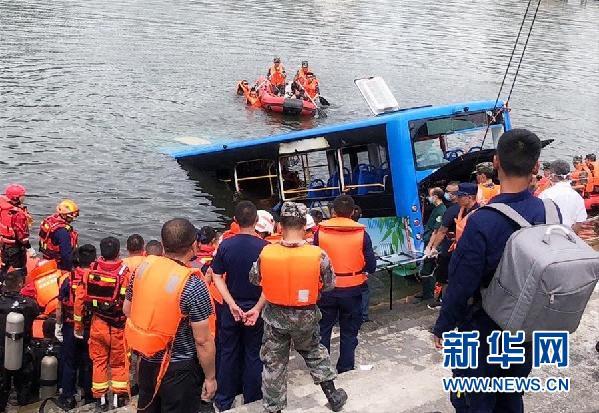 7月7日,坠湖公交车被打捞出水。新华社发(龙瑞 摄)