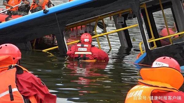 救援队连夜以公交车落水点水域为中心持续开展地毯式排查搜救。