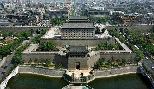 """扩建后的西安城墙,周长13962米,""""西安城""""的面积也达到了11.5平方公里"""