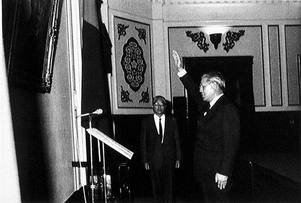 1988年1月蔣經國去世,李登輝宣誓接任。
