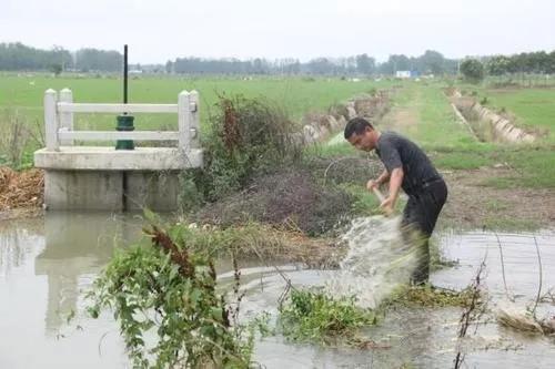 同时雨季容易遭受洪涝灾害,这种地方自然不适宜作为宅居用地。