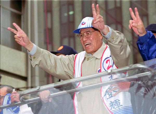 1996年台湾首次直选总统,李登辉在选战中拉票。