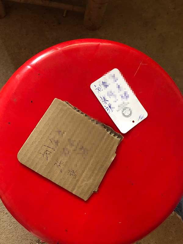张玉环用圆珠笔在废纸板上写下未曾谋面的儿媳和孙子孙女的姓名。