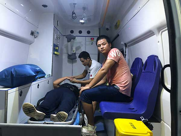 张玉环无罪释放回家的第一晚,宋小女因激动过度昏倒,张保仁和张保刚用120送母亲去县城医院治病。