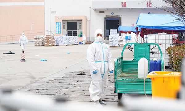 周四,在武汉一家冷冻食品储存仓库,工作人员对冷冻无骨牛肉和里脊肉的外包装进行COVID-19检测。11月12日,该仓库内,3份从巴西进口的牛肉样品被检测出新型冠状病毒阳性。