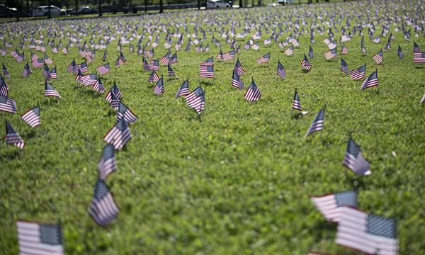 2020年9月22日,在美国华盛顿的国家广场上,代表美国因COVID-19而失去的20万条生命的美国国旗被插上。根据约翰-霍普金斯大学系统科学与工程中心(CSSE)的数据,美国COVID-19死亡人数周二突破20万。