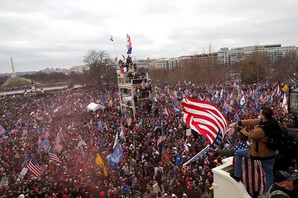 愤怒的群众架梯翻越高墙,冲进议会大厦,在高台摇旗呐喊