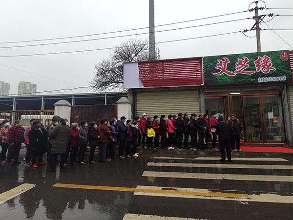 """河南郑州,街角一景。老人们排队半天,只为了免费领5个鸡蛋,然而,排了半天,又被告知,""""领导""""去办事了,下午再来才能获得鸡蛋。当然,下午真的会给鸡蛋,不就是每人发个2元小红包么?"""