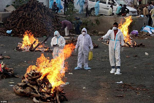 印度新德里露天用木材火化尸体的影像铺天盖地