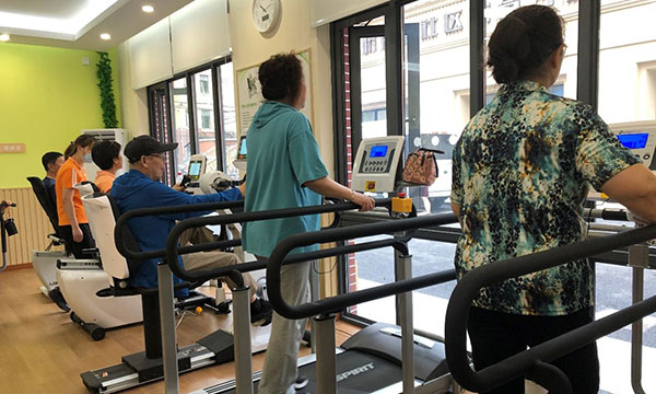 上海市长宁市虹桥街道,老年人在专为老年人设计的健身俱乐部锻炼